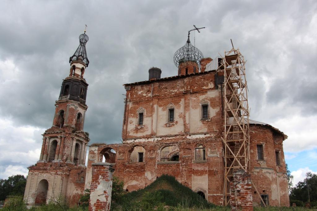 Троицкий храм: четверик накрыли временной конструкцией